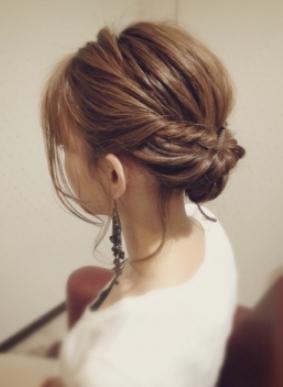 ルーズなまとめ髪アップスタイル