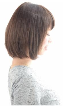 下ろし前髪で自然体なミディアムボブ